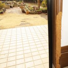 ドア内側の枠を犬にかまれて ぼろぼろに。