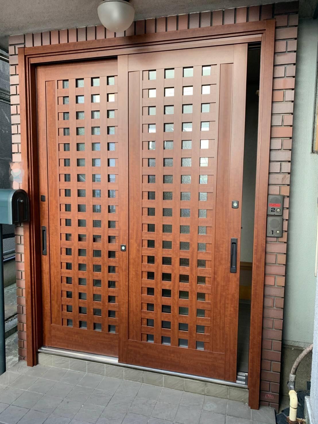 新しい顔(玄関引き戸)でお出迎え✨ ~玄関引戸 カバー工事 横浜市中区 N様邸~